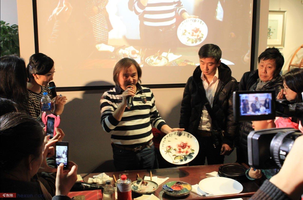 北京 赖德/大师为嘉宾现场解读画的寓意。(图片来源:和讯网)