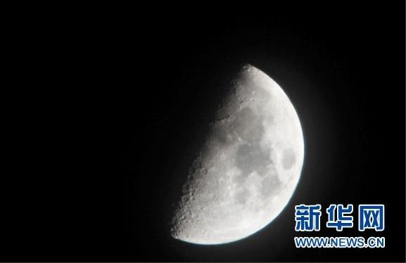 """这是2月18日在天津拍摄的""""木星合月""""天象"""