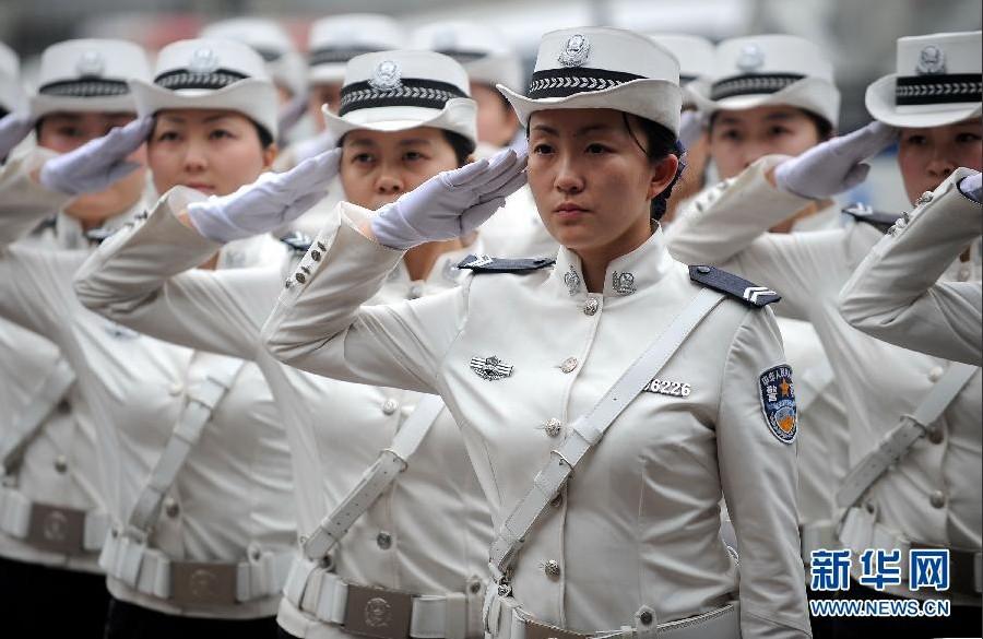 大连往事再现:四川街头出现美女交警特勤中队