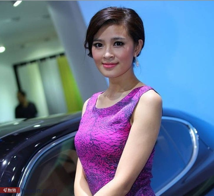 上海车展短发车模演绎清新气质