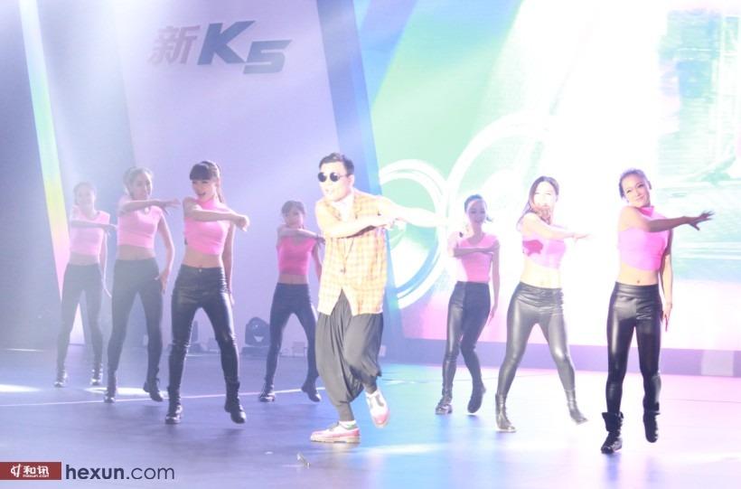 新K5发布会吴秀波获钥匙 美女激情热舞掀翻全