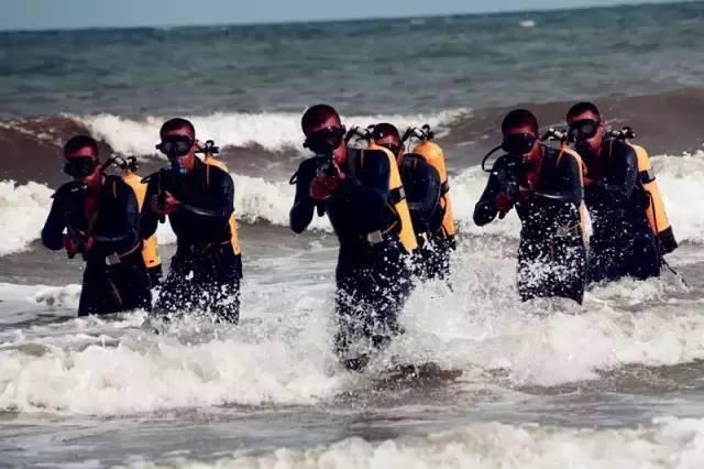 近日中国当代海军杂志社放出中国海军征兵广告,大批解放军蛙人部队图片